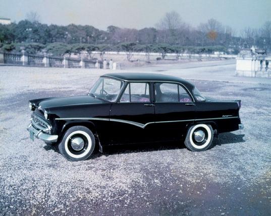 スカイライン1500(1957〜1963年) 初代は富士精密工業(プリンス自動車)製。皇太子殿下(現上皇陛下)の公用車でもあった。