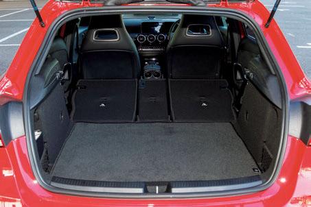 荷室は左右104cm、高さ80cm、奥行き137cm。後席を倒すと、奥行きは165cmとなり、長尺物も収納することができる。