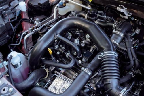 3気筒、1Lガソリンエンジン。2500回転を超えたあたりから強大なトルクを発生する。アイドリング時のエンジン音も静かだ。