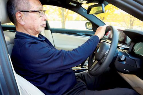 (5)座席の前後位置を調整 ハンドルの12時の位置を右手で握る。肘が軽く曲がるように背もたれとハンドルを、上下・前後調整機能で調整。