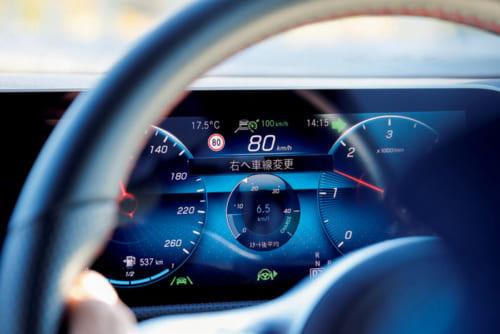 「車線変更支援機能」を使用中の様子。ウィンカーレバーに軽く触れるだけで、車が自動的にハンドルを操作し、車線変更を支援してくれる。