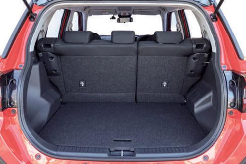 車体後部の荷室は開口部も広く、床は平ら。
