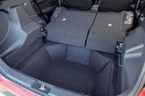 後席の背もたれは前に倒せる。頭上の空間も確保されており、身長170cm程度の人が座っても頭上の圧迫感はほとんどない。