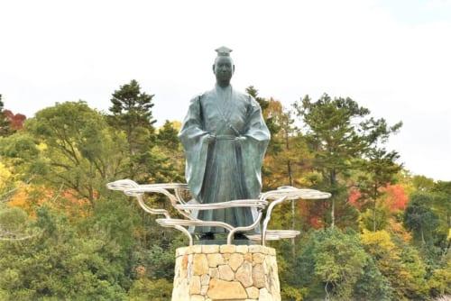 2019年、南郷池公園の光秀(シャチホコ)広場に建立された「明智光秀公像」