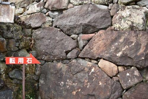 福知山城の石垣には寺社からの転用石が数多く使われているのも特徴だ