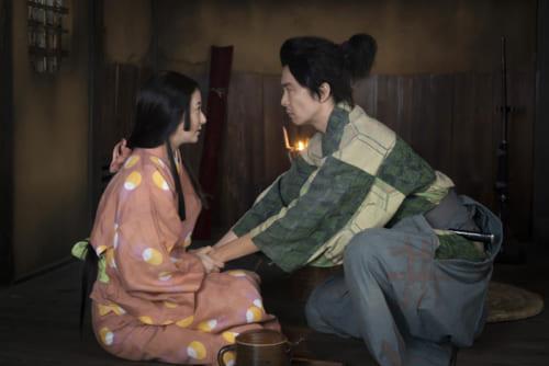 妻煕子(演・木村文乃)の懐妊を喜ぶ光秀。