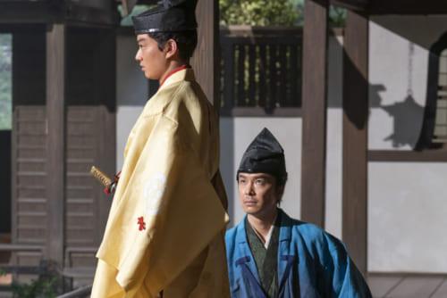 光秀(左/演・長谷川博己)は、急な上洛を果たした織田信長(演・染谷将太)を暗殺計画から救う。