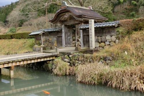 朝倉義景館跡は一乗谷城を背にして三方向に堀と土塁をめぐらした