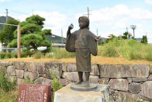 JR黒井駅前広場に立つ「お福の像」。斎藤利三の末娘とされる