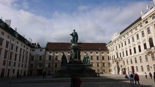ウィーンの観光地の目玉、ハプスブルク家皇帝たちの住んだホーフブルク(王宮)にも、人影はまばら(3月11日撮影)