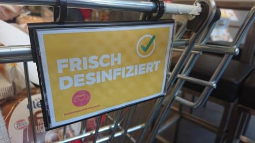 スーパーのカートに掛けられた「消毒済み」の札(4月21日撮影)