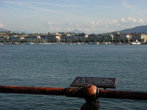 暗殺現場からは、皇后エリザベートが愛したモンブランが、レマン湖の向こうに見える