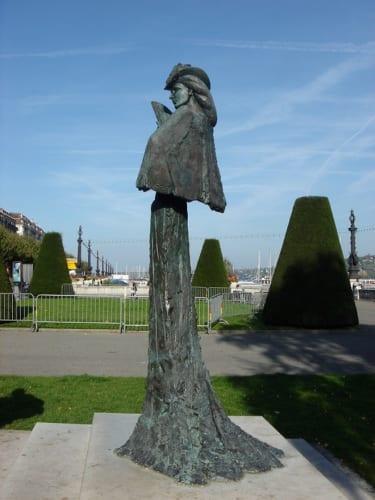 暗殺現場の近くに立つエリザベート像