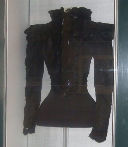 皇后が亡くなったときに着ていた服。刺し傷は右の胸元に点のようについていて、ほとんど見ることはできません(ブダペスト国立博物館所蔵)