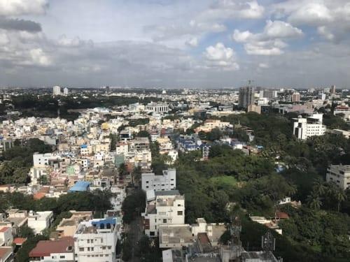 南インドのIT拠点であるベンガルール。都市計画に基づいて整備された緑豊かな街並み。