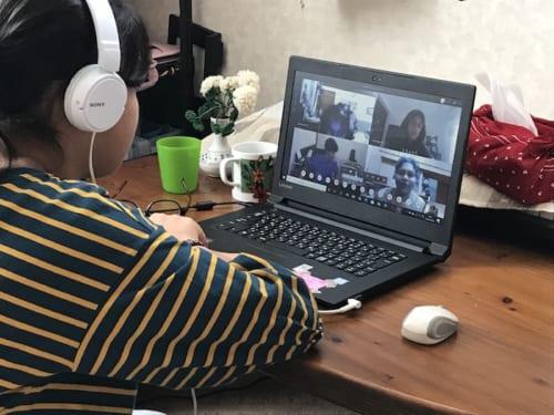 web授業中の子供の様子。パソコンのモニター越しに友達や先生とライブで会話ができる。