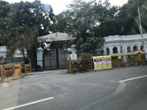 休校しているカルナタカ州政府の運営する公立学校。バリケードで封鎖されていて、近づけない。