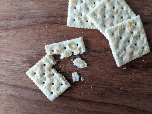 塩味のクラッカー(ソルティン・クラッカー)も、アメリカ料理に欠かせない食べ物。砕いてスープなどに入れる。ダイナーやカフェでは個包装されたクラッカーを事実上無料でもらうことができるため、カイアと父はポケットに詰めて持ち帰っていた