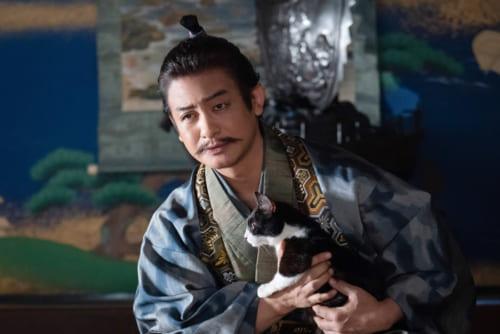 猫を抱く東海最強の武将、今川義元(演・片岡愛之助)。