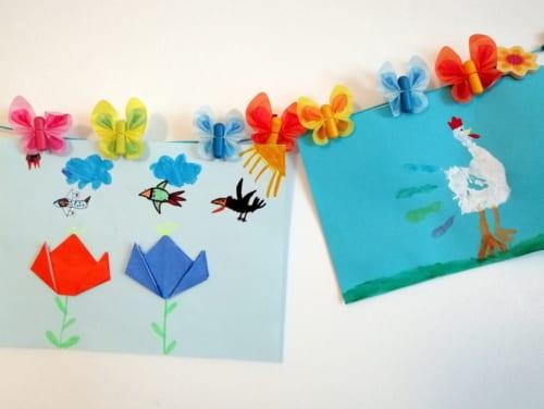 1年生の図工の課題。「折り紙で花を折る」と「てのひらで鶏を描く」撮影/北野令子