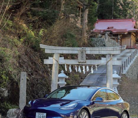テスラが開発した4番目の電気自動車。中型の4ドアセダンなので、日本でも使いやすい。後輪駆動と4輪駆動車がある。