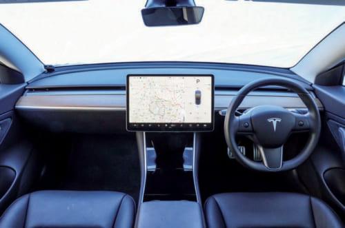 ⬆⬅テスラ車の特徴のひとつが大画面のタッチスクリーン。15インチサイズの画面で、空調の調節や走行モードなどを操作できる。