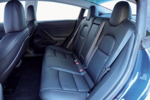 室内は欧州車や国産上級車とくらべると質素で味気ないが、米国車を知る人には見慣れた室内。前後座席ともに座り心地はよい。