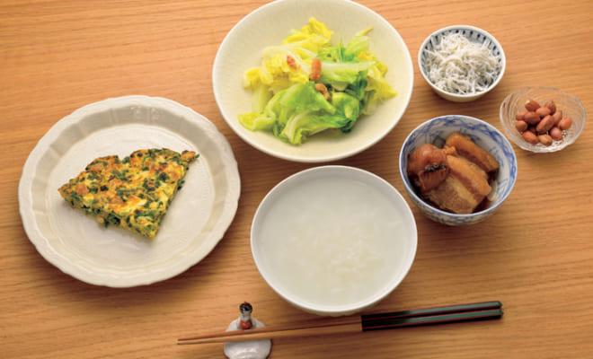 前列中央から時計回りに、白粥、干し大根入りニラ玉、春キャベツと干し海老の炒め物(にんにく)、しらす干し、ピーナッツ、豚バラ肉の梅干し煮(にんにく)。白粥は米1に対して水20ぐらいの三分粥。干し大根は台湾の知人が送ってくれるものを常備していて、水で戻して塩抜きをしてから使用。薬膳では、ニラには免疫力を高める効果があるという。春キャベツに代えて白菜を炒め物にすることもある。豚バラ肉の梅干し煮は『ふーみん』の人気メニューで、通称「梅豚」。昨夜の残りが朝食にも登場する。