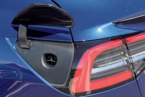 給電口。車体後方左の小さなフタを開けて給電する。家庭用200Vなら8時間で80%充電可。