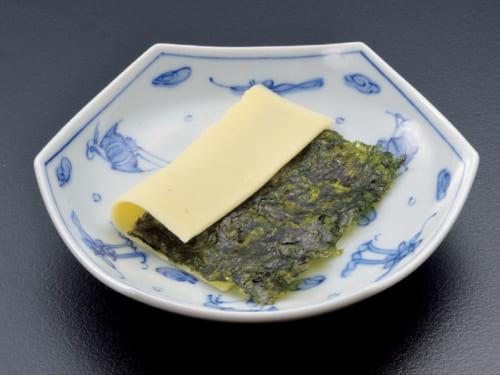 起床後、ブランチまでの間に食べるひと皿が、韓国海苔を挟んだスライスチーズ。このひと皿で9品目の中の海藻と乳製品を摂取できる。