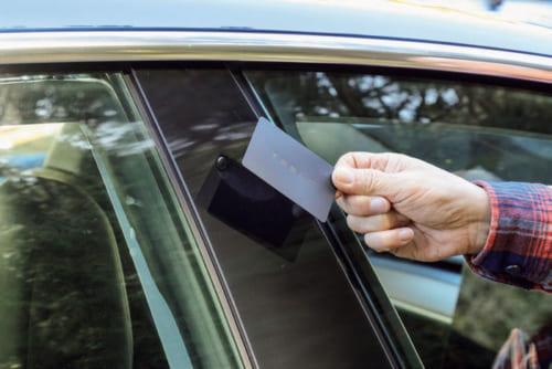 ドア施錠やモーター始動は、カードキーで行なう。前後扉の間の柱にカードを当てて施錠。