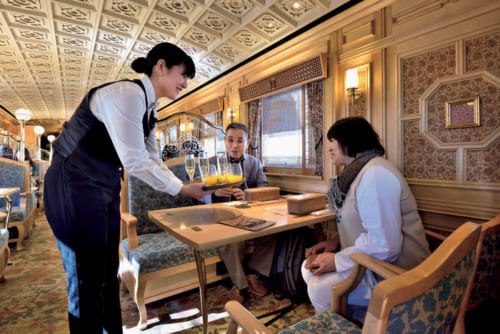 乗車後まもなくウェルカムドリンクが提供される。フリードリンクで、ワイン、ジュース、緑茶など11種の飲み物が用意されている。