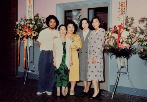昭和61年、東京・南青山に移転。再スタートを切った。手前が40歳の風瑞さんで、右3人は高校時代の同級生。 中華風家庭料理ふーみん/東京都港区南青山5-7-17 小原流会館地下1階 電話:03・3948・4466