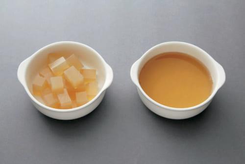 右側は煮溶かしたばかりのため、サラサラで飲みやすい。 左側は、冷めてかたまってからカットしたもの。プリッとしてボリュームがある。