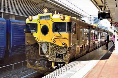 2両編成の「或る列車」が入線。特別編成なので時刻表には載らない。突如現れた豪華な車両に、居合わせた人から思わず声が上がる。