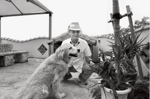 自宅は工場に隣接する洋風建築。工場で生産する資材がふんだんに使われる。趣味のゴルフはこのところ控えている。帽子が好きといい、たくさんコレクションしている。愛犬と。