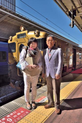 いつも一緒に旅をする作家の山本一力さんと英利子さん夫妻。一力さんは『あかね空』で第126回(2001年)直木賞を受賞、若い頃に旅行会社に勤めたことがある。
