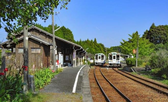 裏は茶畑で駅前には水田が広がる駅。昔ながらの対面式ホームが残り、列車の待ち合わせも行なわれる。ここの木造駅舎も必見。