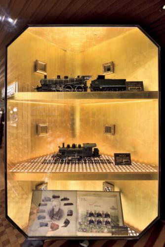 1号車には「或る列車」の原型となる模型を製作した世界的な鉄道模型製作者、原信太郎氏(1919~2014)の作品が飾られる。