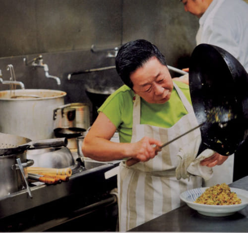 引退した直後は、客の要望に応えて時々『ふーみん』の厨房に立った。小柄な風瑞さんには、45年間愛用の中華鍋が重く感じられるようになり後進に。撮影/キッチンミノル