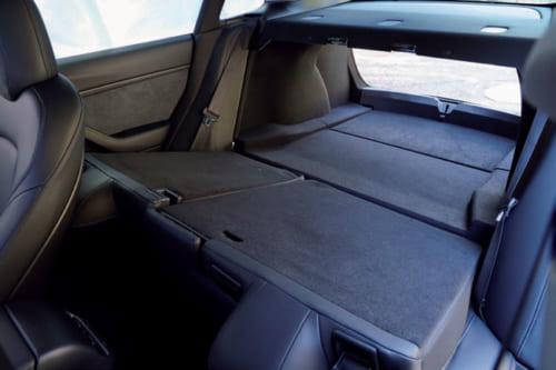 後席の背もたれは分割して倒せる。背もたれを前に倒すと、後部荷室と一体になる。床も均一面になり、長尺物も積める。