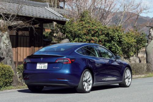 モデル3の「パフォーマンス」グレードは4ドアセダンだが、スポーツモデルのため、幅235㎜の太いタイヤを装着している。