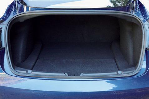 エンジンがないので車体の前後に荷室が設けられている。ただし前部(上)のスペースはあまり広くない。車体後部の荷室(下)は、深さ30cmの床下収納もあり、収容力は高い。