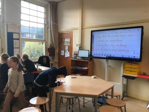 スマートボードがある小学校の教室