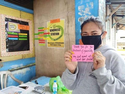 壁にはマスク着用や消毒の指示のほか、物品を寄贈した人たちへの感謝のメッセージが掲示されている。https://www.facebook.com/KindnessWarriorsPH/photos/pcb.132607608384428/132607525051103/?type=3&theater