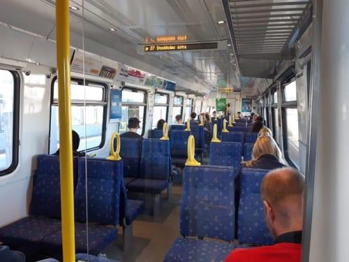 ストックホルムの郊外から通勤に使われる電車。普段なら立っている人もいるほどだが今は距離をあけて座って通勤できる。