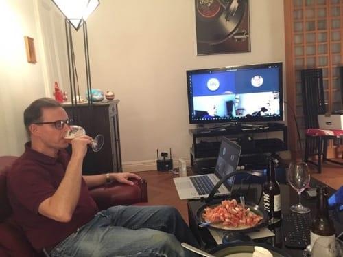 今日のおつまみはエビ。大型テレビ画面を使っている。