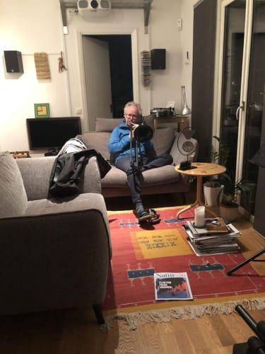 トロンボーンを披露している。パソコンを自宅のスタジオに持ち込んでギター演奏をしている人もいた。