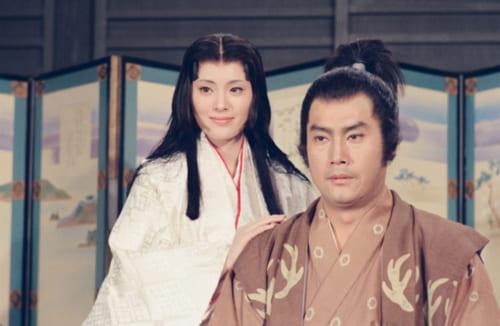 大河ドラマ『国盗り物語』で仲睦まじい信長・濃姫夫婦を演じた高橋英樹と松坂慶子。お約束の膝枕シーンもあった。