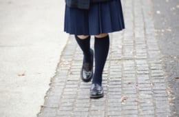 女子高生の制服、スカート丈に関する調査|神奈川と東京では約8割が「ひざ上派」、九州や関西では「ひざ下派」が多数 制服に合わせる靴下丈は全国的に「クルー丈」が人気